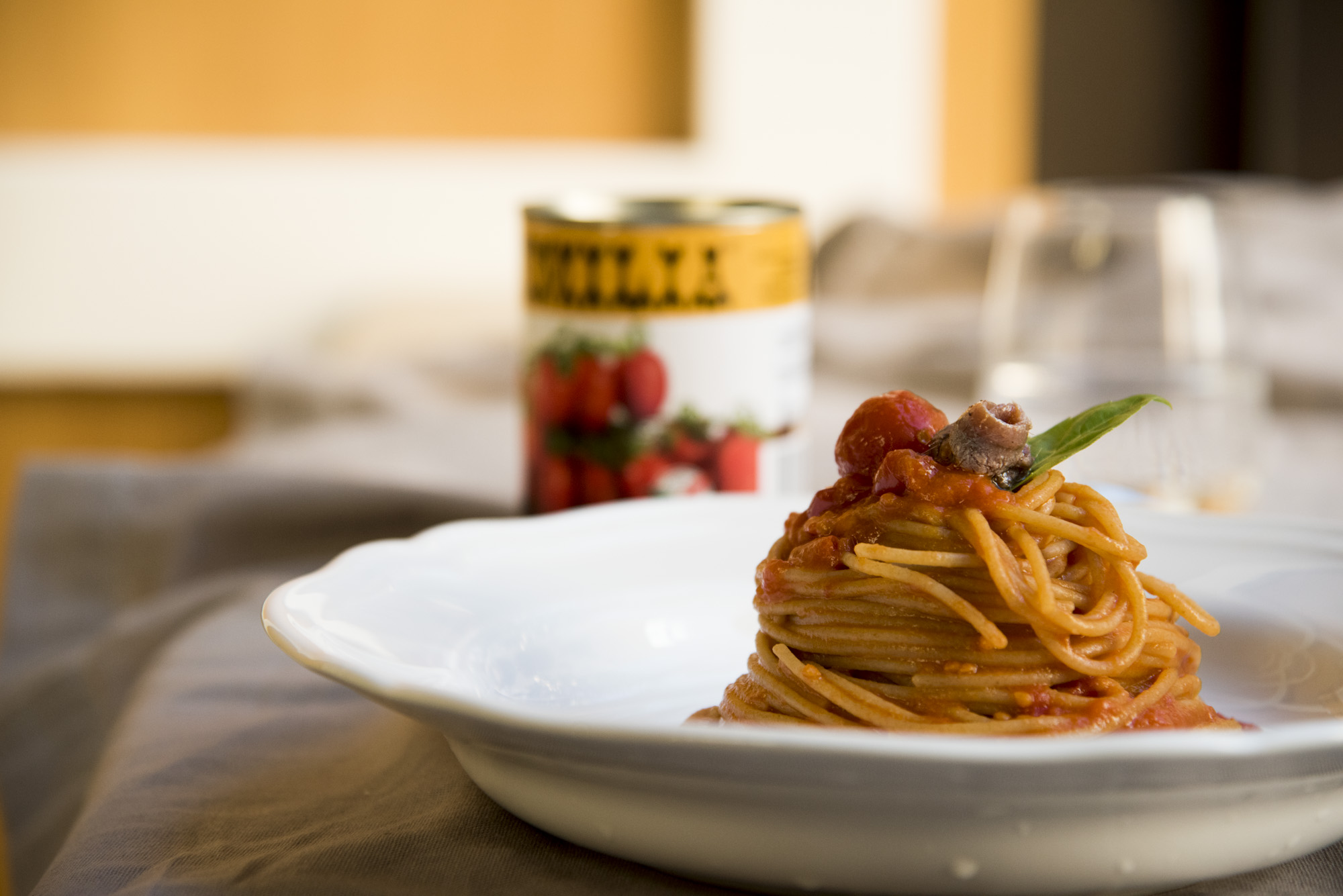 Spaghetti integrali con pomodorini datterini e filetto di alici