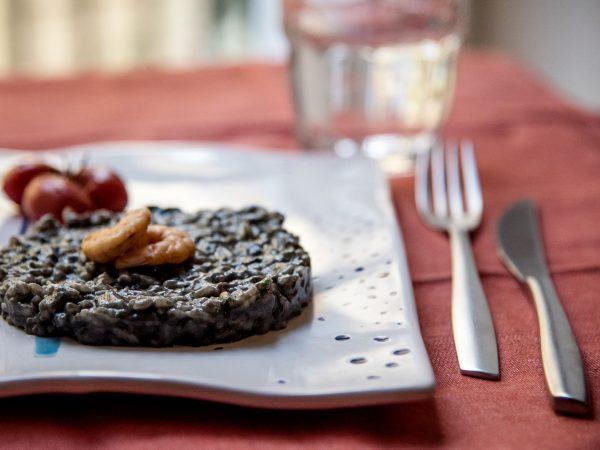 Risotto nero di seppia, gamberetti e pomodorini