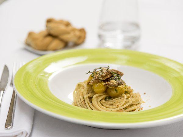 Vermicelli con tonno, pomodorino giallo e tarallo sbriciolato