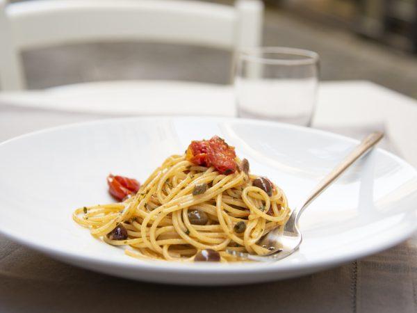 spaghetti capperi olive e pomodorini