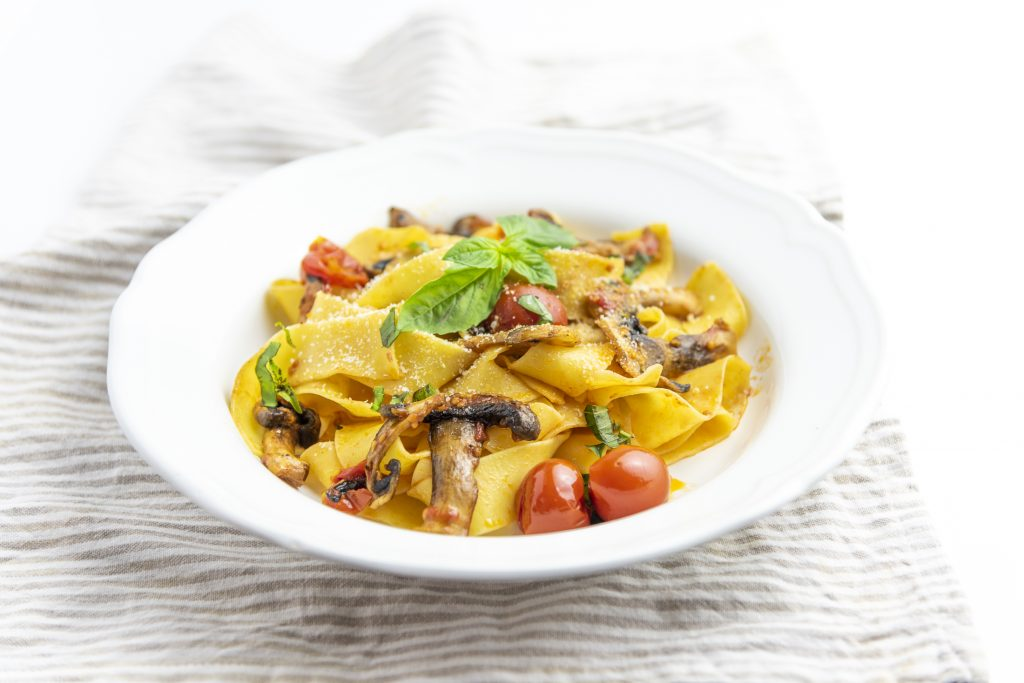 pappardelle-funghi-pomodorini-mediterranei-basilico