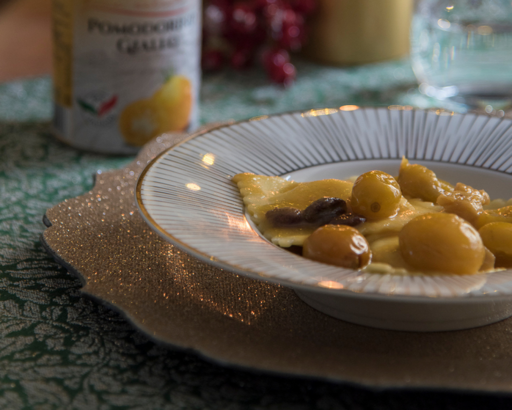 Ravioli ripieni di patate e baccalà con pomodorino giallo e olive taggiasche